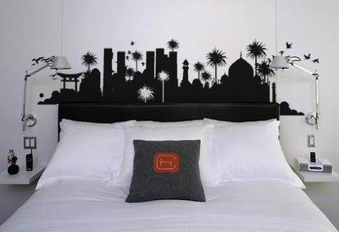 Para belos sonhos, uma bela estampa na parede do quarto.